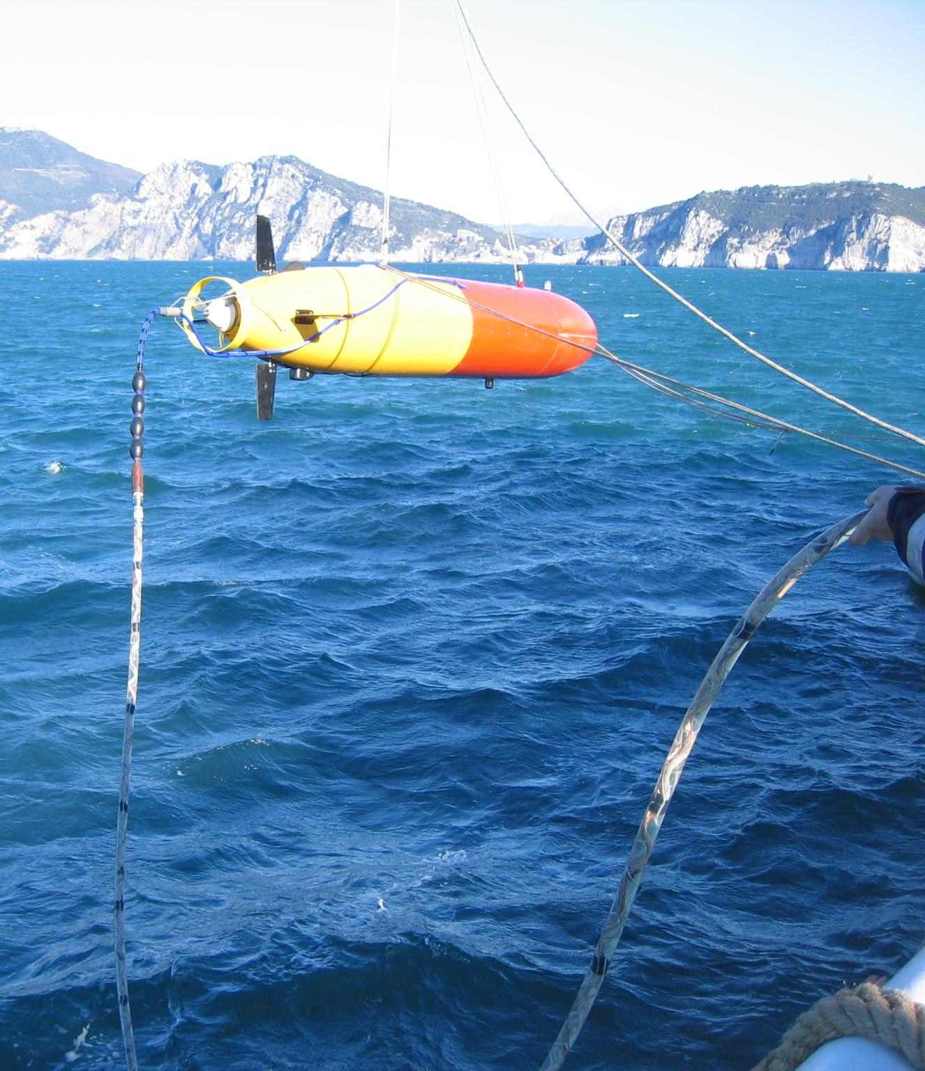 OEX AUV with SLITA towed array